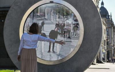 Esculturas unen ciudades de Europa a través de portales inspirados en la ciencia ficción